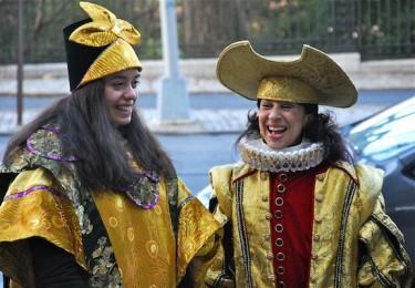 La destacada reportera María Hinojosa, así como la activista Angie Rivera, fueron elegidas como las reinas magas para esta ocasión.