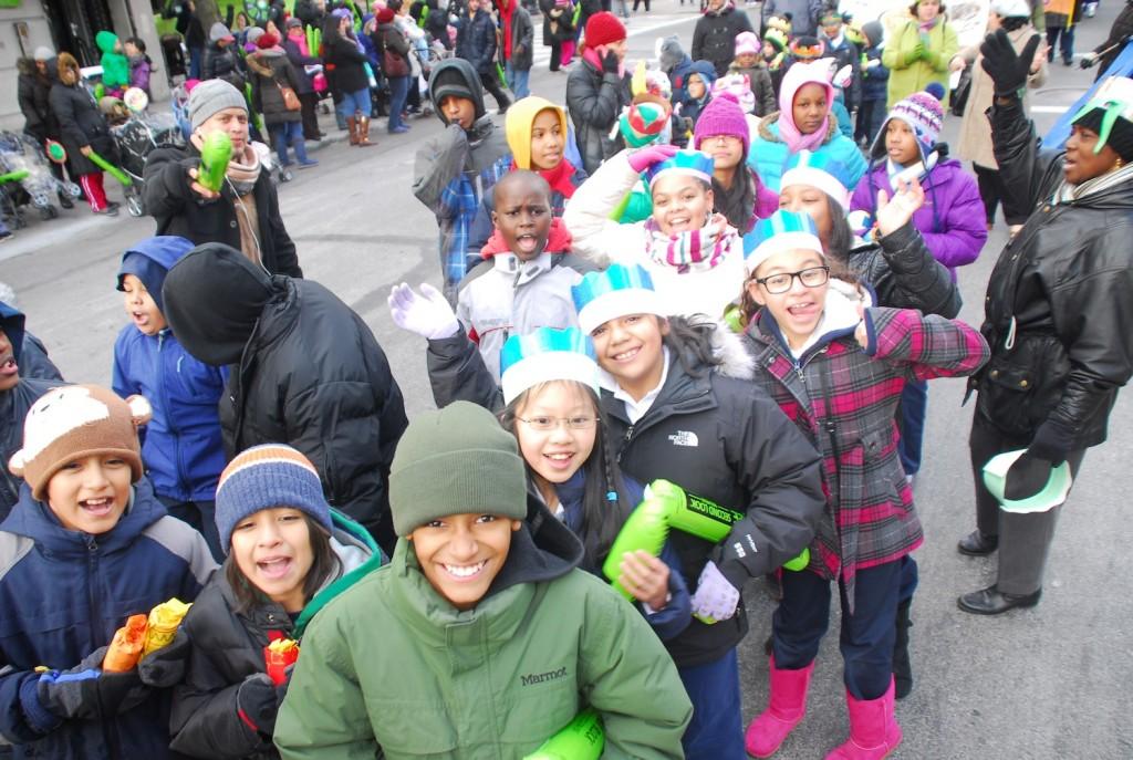 Cientos de niñas y niños desfilaron con sus coronas de papel desde la calle 106 hasta la calle 116 y la avenida Park.