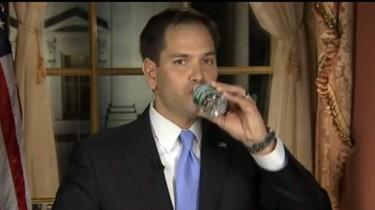El momento exacto en que el Sen. Marco Rubio bebe de la botella sin quitar la mirada de la cámara. Tomado de un video de YouTube.