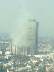 Vista aérea de la explosión en la Torre de Pemex, en la Ciudad de México. Foto compartida en Twitter por @mexboby