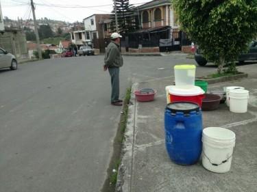 """JoseBolivarCalderon  @jbcalderong """"@ecuainm: #Loja: Más de 60 barrios no tienen agua potable, el problema lleva varios días sin solución."""