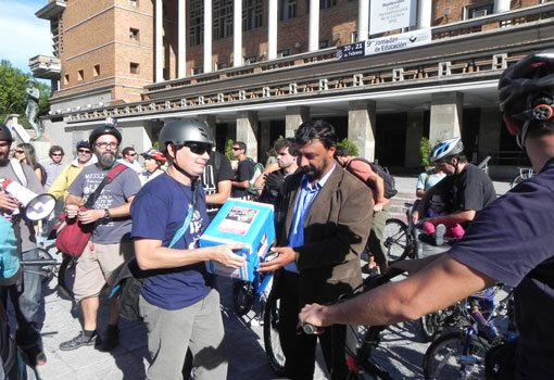 Entregando las firmas a las autoridades. Imagen por Gente En Bicicleta Uruguay compartida en Facebook.