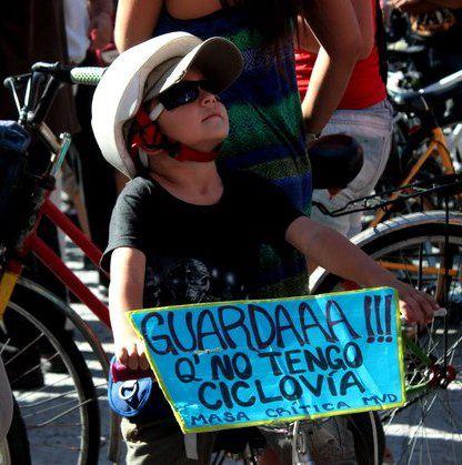 Niño durante la demonstración en Montevideo, Uruguay     Imagen por Gianluca Casanova compartida en Facebook.