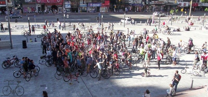 Ciclistas frente a la Intendencia Municipal de Montevideo pidiendo ciclovías. Foto de Roger Tijman compartida en Facebook.