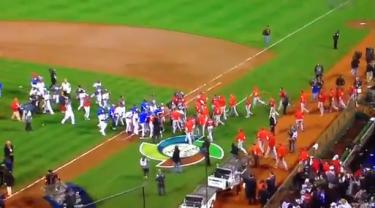 Equipos de Puerto Rico y República Dominicana se abrazan luego de la victoria de República Dominicana en el Clásico Mundial del Béisbol.