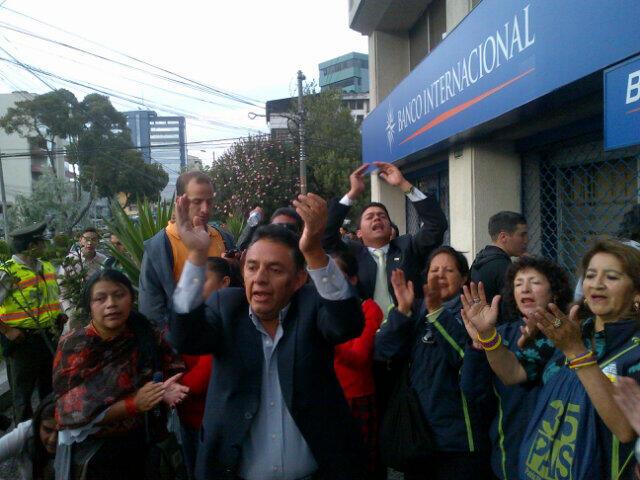 Afuera de la Embajada venezolana en Ecuador. Foto compartida por @OM_Velasco en Twitter.