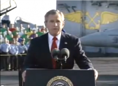 "Controversial speech by George W. Bush, declaring the retreat of troops from Iraq. The famous sign ""Mission accomplished"" was hanging from the aircraft carrier. By then, the war was ongoing. Image taken from a video on YouTube."