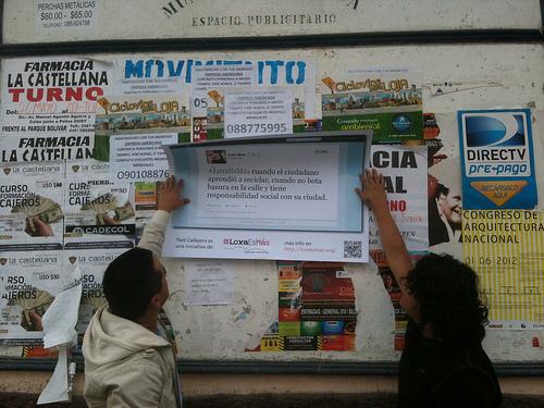 Como parte de la iniciativa Twit Callejero, los participantes de #LoxaEsMás pegaron tuits al rededor de la ciudad. Foto de #LoxaEsMás en Flickr, bajo licencia Creative Commons (CC BY-SA 2.0)