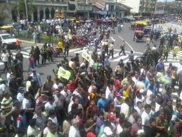 Manifestación frente a Radio La Karibeña, Plaza 28, Iquitos.