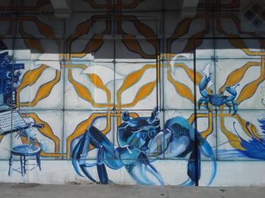 Un detalle de la fachada de un edificio con el símbolo de Santurce. (Antiguamente, Santurce se llamó San Mateo de Cangrejos.)