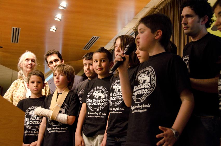 7 de mayo de 2012: Los niños de El Cuarto Hocico se dirigen al público en presencia de la primatóloga Jane Goodall, Premio Príncipe de Asturias 2003 de Investigación. Imagen tomada de su blog.