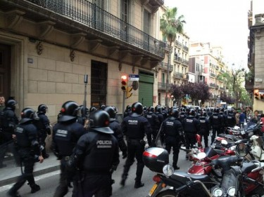Policemen in Vila de Gràcia. Photo by @SiitoMellark. Used with permission.