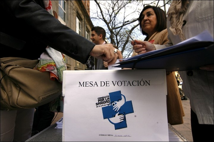 "Polling Station. Photo courtesy of <a href=""http://www.madridiario.es/galeria/consulta-popular-por-la-sanidad-publica-marea-blanca-1/62134.html"">madridiario.es</a>"