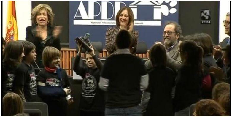 27 de febrero de 2013: Los niños de El Cuarto Hocico recogen el premio APDDA en el Congreso de los Diputados. Captura de pantalla de su web.