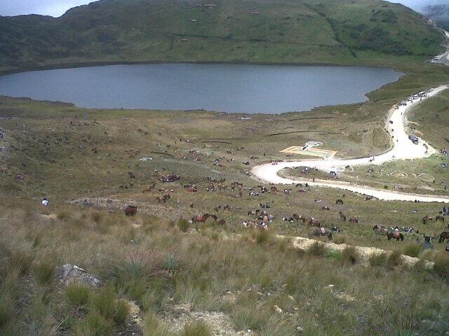 """""""Miles de Cajamarquinos ya se encuentran en la Laguna El Perol. Distribuidos en diferentes partes de Conga."""" Foto compartida por MattaColun en Twitter"""
