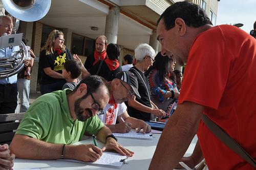 Recogida de firmas para la ILP en Berriozar (Navarra). Imagen de la web de la PAH en Navarra