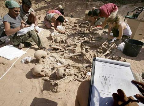 Excavación de una fosa común en Lerma (Burgos). Foto de la web «La amapola libertaria».