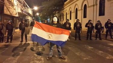 Manifestante frente a cascos azules