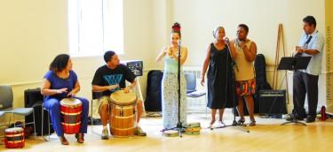 Músicos de izquierda a derecha: Manuela Arciniegas, George Vázquez, Raquel Z. Rivera, María Terrero, Arelis Figueroa y Bryan Vargas.