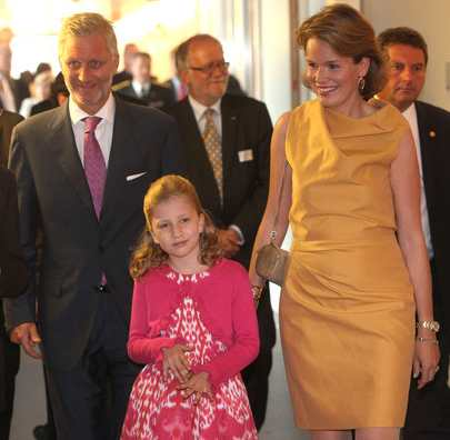Felipe y Matilde, futuros reyes de Bélgica, con su hija mayor Isabel. Foto del blog Royalty Online