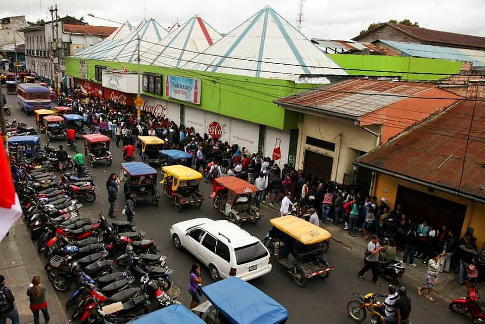 Colas en Iquitos el día del estreno de Cementerio General