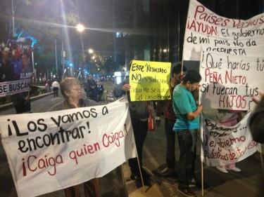 Familiares de los desaparecidos protestando el 23 de agosto afuera de la PGR. Foto compartida en Twitter por @miss_cocoa58