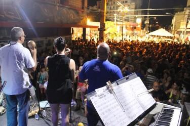 Vista desde la tarima en la primera Fiesta de la Calle Loíza. Imagen tomada de la revista digital La Calle Loíza. CC-BY-NC 3.0