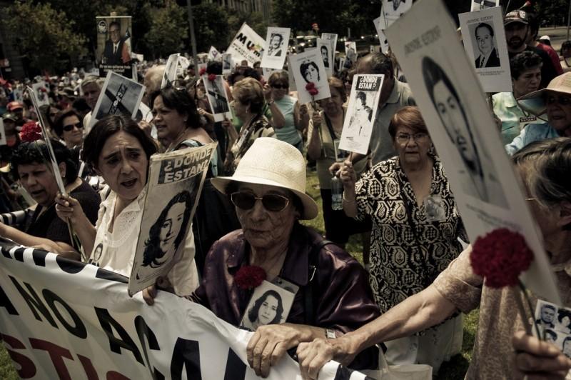 Manifestación convocada por la Agrupación de Familiares de Detenidos Desaparecidos. 2009, Santiago, Chile. Foto de antitezo en Flickr (CC BY-NC-SA 2.0)