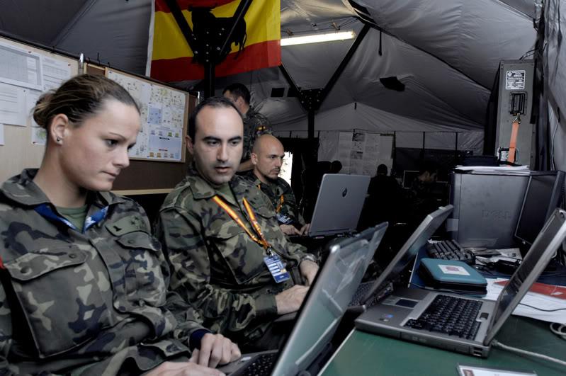 La capitán Zaida Cantero con varios compañeros en unas maniobras conjuntas en Alemania. Foto de la web diariomilitar.es.