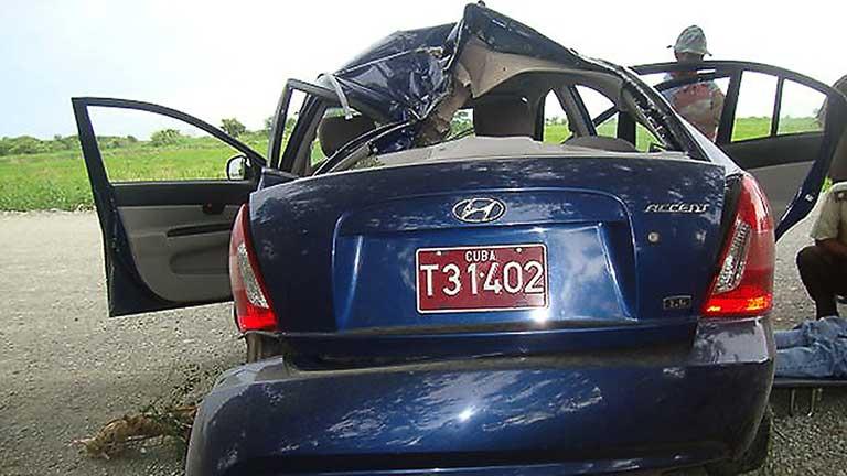 Foto del coche accidentado en el que murieron Oswaldo Payá y Harold Cepero. Foto del blog Botella al mar