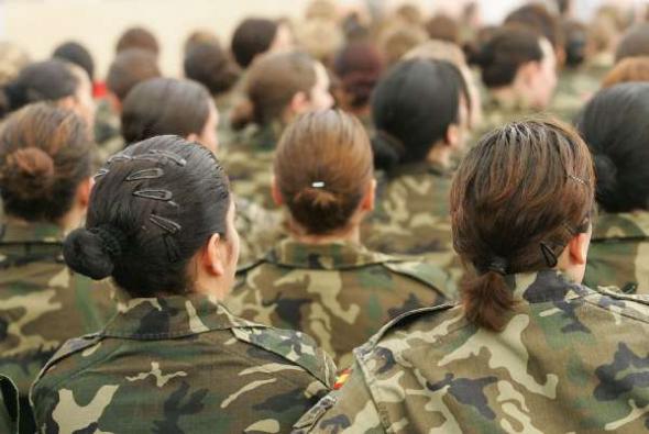 Mujeres militares durante un acto en la base de El Goloso (Madrid) en 2006. Foto de la web laicismo.org.