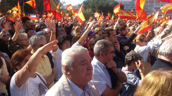 Un grupo de manifestantes hacen el saludo fascista. Foto subida a Twitter por Alberto Pradilla, corresponsal en Madrid del diario vasco Gara.