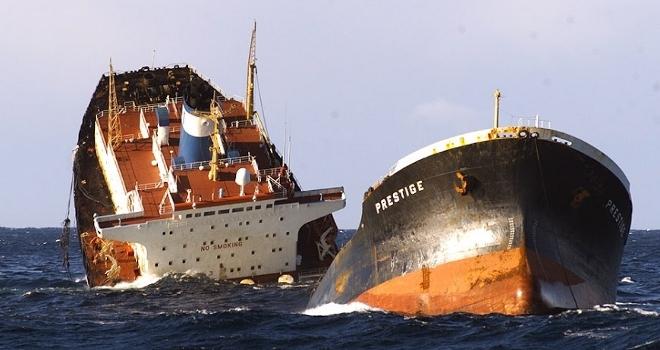El petrolero Prestige a punto de hundirse tras partirse en dos. Foto del blog Ecología Verde con licencia CC by NC 3.0