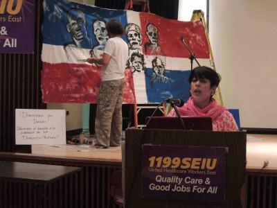 Sara Pérez en el podio.  Reynaldo García Pantaleón en el fondo.  Foto por Josué Guarionex.