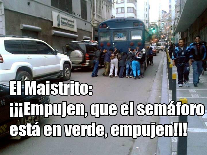 Imagen capturada del perfil de la revista Lamalapalabra, lleva el título: Mientras tanto, en una calle de La Paz... (172 likes y 74 veces compartida)
