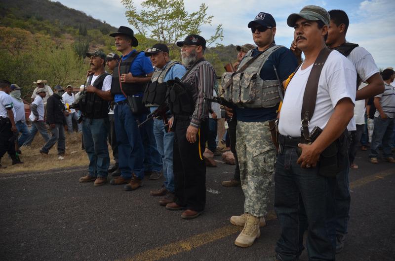 Líderes de los grupos de autodefensa en la entrada de Churumuco, un municipio del estado de Michoacán. El grupo ha tomado las armas para protegerse de los carteles de la droga y las pandillas que operan en la zona.Foto de Armando Solís, 29 de diciembre 2013, copyright Demotix
