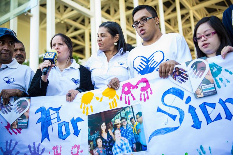 Monica Spear era embajadora de Asodeco (Asociación para el Desarrollo de Educación Especial Complementaria), una Asociación Civil sin fines de lucro que trabaja con jóvenes y adultos con discapacidad. Jóvenes de Asodeco hablan en el funeral de Mónica Spear.