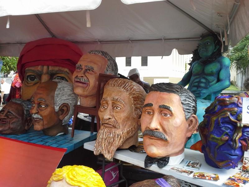 Los cabezudos son un tipo de máscara utilizada en las procesiones tradicionales de las Fiestas de la Calle San Sebastián. Estos cabezudos fueron hechos por el colectivo de teatro Agua, Sol y Sereno.
