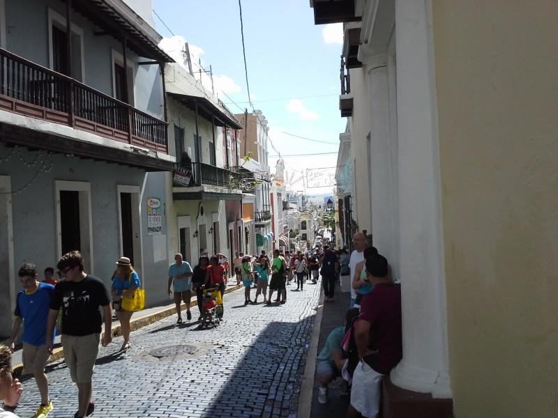 Mirada a la Calle del Cristo, por donde subían muchas personas a la Calle San Sebastián.