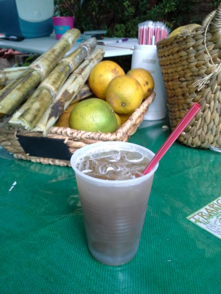 El guarapo es una bebida refrescante hecha del jugo de la caña de azúcar. Es difícil de conseguir, ya que exprimir las cañas de azúcar cuesta mucho trabajo.