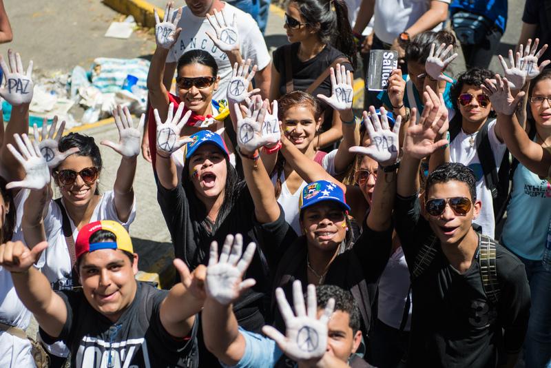 Las protestas del 12 de febrero comenzaron de forma pacífica. Foto de Carlos Becerra, copyright Demotix.