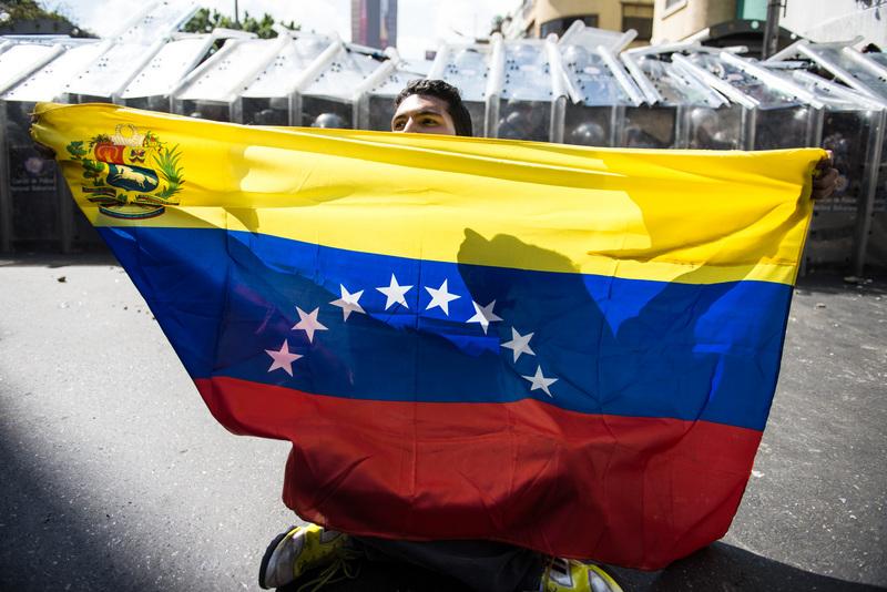 Estudiante protestando el 12 de febrero, 2014. Foto de Carlos Becerra, copyright Demotix.