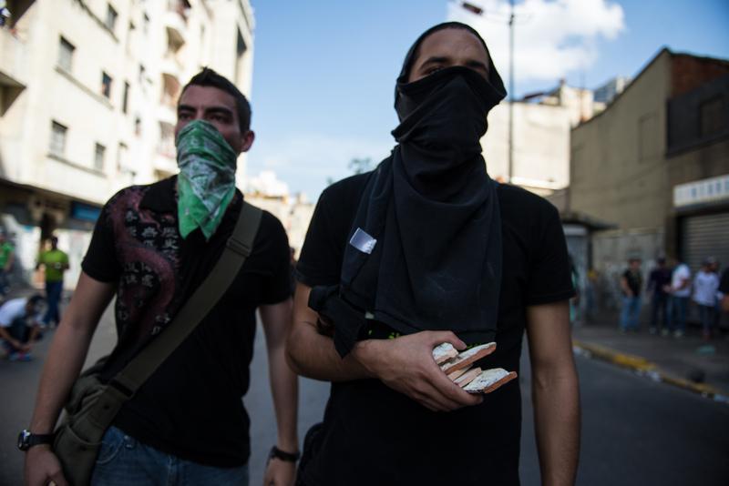 Jóvenes protestando en Caracas el 12 de febrero, 2014. Foto de Carlos Becerra, copyright Demotix.