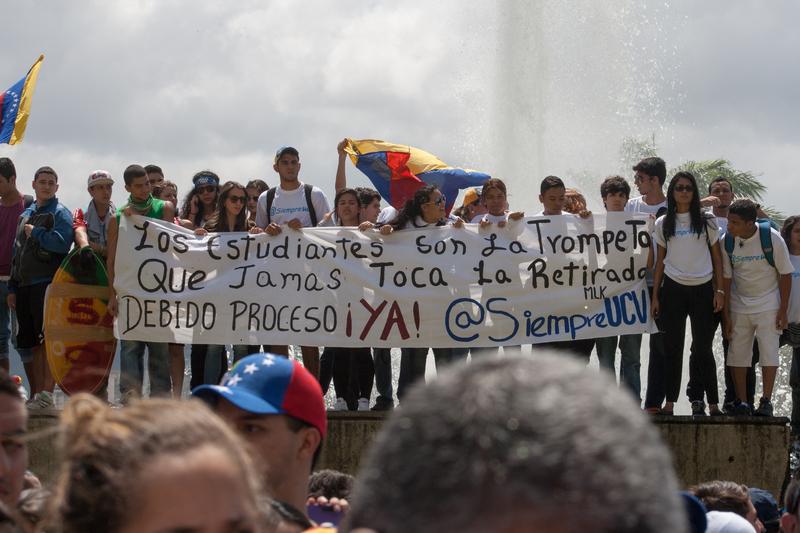 Estudiantes protestando en Caracas. Foto de Juan Hernandez, copyright Demotix.
