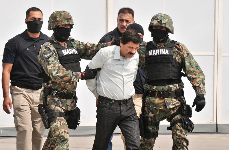 """""""El Chapo"""" Guzman es transferido a un helicóptero de la Policia Federal el 22 de febrero, 2014. Foto por Omar Franco Pérez Reyes, copyright Demotix."""