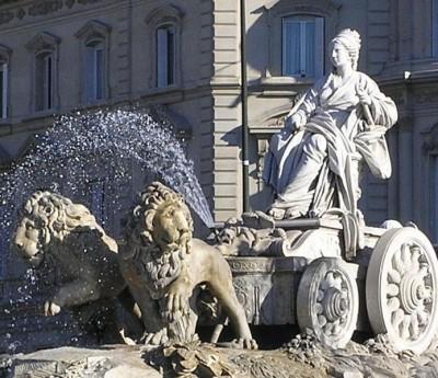 La emblemática fuente de Cibeles, que inspiró el cuadro de Antonio de Felipe. Imagen de Wikimedia Commons, con licencia CC BY-SA 3.0.