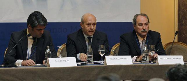 El ministro de Cultura con el presidente y el director general de AEDE. Foto de eldiario.es, con licencia CC BY SA 3.0