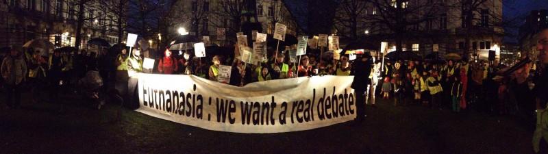 Protesta contra la nueva ley belga de eutanasia organizada por Dossards Jaunes - Gele Hesjes. Foto de su página en Facebook