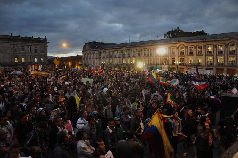 Seguidores de Gustavo Petro escuchan su discurso desde la Plaza Bolivar en Bogotá. 19 de marzo, 2014. Foto de Latin America Photojournalism, copyright Demotix.