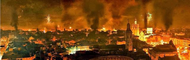 Vista aérea de la ciudad de Valencia durante la «Cremà» de la «Nit del Foc». Foto del blog Banderas y Mastiles Levante